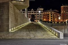 Luces laterales. (Howard P. Kepa) Tags: paisvasco euskadi bilbao bizkaia museoguggenheim abandoibarra luces edificios noche