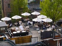 Cafe Breezin (Travis Estell) Tags: bukchonhanokvillage cafebreezin jongno jongnogu korea republicofkorea rooftopdining seoul southkorea