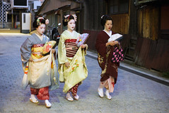 Maikos (kuuan) Tags: japan kyoto maiko geiko geisha mf gion zuiko manualfocus makino penf mahiro takahina gzuikoautosf1440mm f1440mm