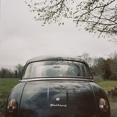 panhard (benjamin cerffond) Tags: france kodak parking pluie hasselblad reflet normandie campagne arbre brouillard champ brume carr panhard grosplan alle arrire vgtation vieillevoiture 160nc kinkin paisible coffre quitude 503cx voituredecollection carrosserie grospan