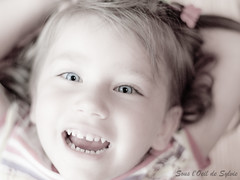(Sous l'Oeil de Sylvie) Tags: famille pink portrait girl smile rose children 50mm florence pentax blueeyes enfant fille sourire filles rire nices k7 fillettes yeuxbleus petitesfilles dsaturationpartielle sousloeildesylvie