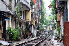 Homes on the Train Tracks, Hanoi (AdamCohn) Tags: railroad geotagged market traintracks tracks vietnam hanoi hatay adamcohn geo:lat=21029111 wwwadamcohncom geo:lon=105848943 xã³mpho 048kmtoxã³mphoinhatayvietnam
