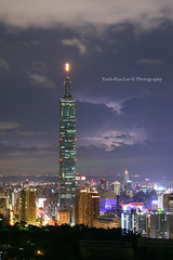 Strange clouds and lightning above Taipei 101 skyscraper  July 24, 2012 (*Yueh-Hua 2016) Tags: camera building tower architecture night skyscraper canon buildings eos fine taiwan 101 5d taipei lightning taipei101 dslr     canonef2470mmf28lusm  101    canoneos5d  horizontalphotograph markins strangecloud  l  taipei101skyscraper taipei101internationalfinancialcenter sirui tigerpeak photoclam ballheads n2204 pc44ns siruin2204 pc69up3 pg50cameraplate 2012july
