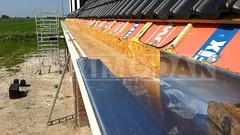 Dakdekker: De houtenbekisting waar de op maat geleverde goot (0.8 dik) in komt te liggen wordt schoongeveegd. Inmiddels zijn de kopklangen (1.0 dik) waar de zinkenkraal overheen schuift gemonteerd