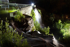 """Au pied du muse de la Petite Maison Blanche / At the feet of the Museum of the """"Little White House"""" (BLEUnord) Tags: eau water cascade chute fall falls site inondation chicoutimi saguenay saguenaylacstjean clairage lighting rocs rochers rocks nuit night bassin pool"""