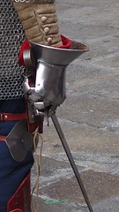 il signore delle armi (Melvintay) Tags: armigero cavaliere spade armatura elmo guanti