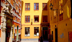 Harald 5 (foxxyz) Tags: stockholm sweden europe scandinavia windows street gamla stan city streetscene yellow