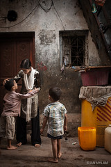 An Afternoon in Dharavi (.Ian Mylam.) Tags: family india home boys children asian asia indian young mother doorway bombay maharashtra mumbai slum familial dhavari dhavarislum
