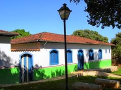 DSCF6100 - Pirenpolis - Gois - Brasil (Marcia Rosa ()) Tags: door brazil house color window lamp arquitetura brasil architecture ventana casa puerta poste porta janela fentre pirenpolis gois marciarosa