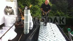Dakdekker: Bestaande kunststof dakbedekking (slecht product) op de uitbouw van 4 jaar oud word gesloopt door dakdekker Rudy, deze kunststof dakbedekking gaf veel lekkage problemen op diverse plaatsen