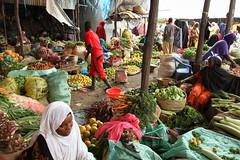 2013_07_11_Ramadan_I.jpg (FAO-Somalia) Tags: auunist africa mogadishu ramadan somalia bananas holymonth koran markets mosque prayer praying