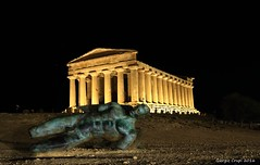 Icarus and the temple (Crupi Giorgio (official)) Tags: italia agrigento sicilia notte tempio statua arte canon canoneos7d sigma sigma1020 night temple statue art relax