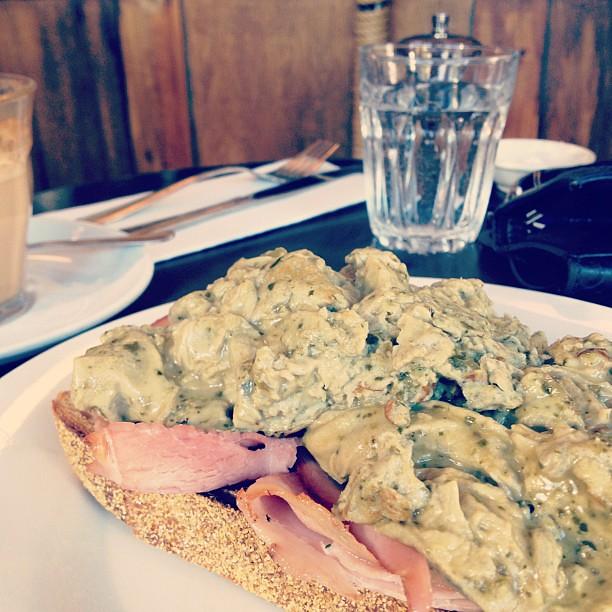 Pesto scrambled eggs and ham on toast