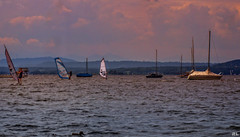 Ammersee in Oberbayern... (roland_lehnhardt) Tags: canon ef85mmf18usm eos60d landschaft landscape natur nature wasser see boot surfen berge horizont panorama hoher peisenberg oberbayern lake abendrot red sunset glow sonne sun sunbeams rot wellen bume grn green violett purple violet ammersee sommer baden ferien holiday licht light schatten shadow spiegelung reflection wind boat wolken clouds summer damncool