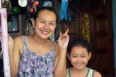 mother and daughter (the foreign photographer - ) Tags: aug212016nikon mother daughter doorway peace sign khlong thanon portraits bangkhen bangkok thailand nikon d3200