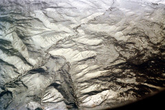 33-659 (ndpa / s. lundeen, archivist) Tags: nick dewolf nickdewolf 33 reel33 color photographbynickdewolf 1970s 1972 fall film 35mm winter 1973 fromtheairplanewindow aerial fromtheair mountains mountainous landscape unidentified locationunidentified snow snowy
