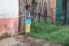 Menino numa rua na Vila Pedro Brito (vandevoern) Tags: brasil criança caminhada bairro maranhão nordeste campanha pobreza saúde fraternidade bacabal pedrobrito vandevoern madrerosa vilapedrobrito