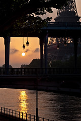 Soleil levant sur la Seine (Michel Couprie) Tags: bridge paris france silhouette seine sunrise canon river eos soleil tour eiffel hakeim 450d towertouteiffeltowerbir
