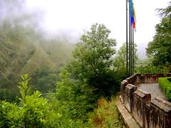 covadonga (Ms. Briongos) Tags: espaa naturaleza mountain mountains verde green wet fog clouds spain flag asturias vert flags viajes nubes bandera montaa banderas montaas moll verd nuvols mojado covadonga boira mullat humedad humitat