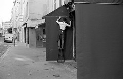 Morning in Paris (Amelien (Fr)) Tags: 147 11 2016 400 400tx 50f11 50mm amk analog argentique believeinfilm capturedonrealfilm dilutione epson film hc110 kodak leica mp msoptical pellicule sonnetar trix blackandwhite bw filmisnotdead homescanned monochrome nb noiretblanc rangefinder telemetrique v550