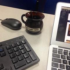 """Mi escritorio. Con interfaces varias y mi pocillo de artesanía boyacense: """"Pa que jarte tinto"""" (traducción: para que Ud. se harte de café). (carocampalans) Tags: instagramapp square squareformat iphoneography uploaded:by=instagram taza escritorio trabajo trabajar computador ordenador artesanía"""
