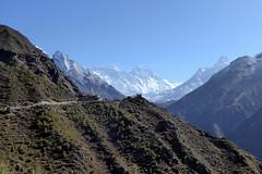 Mt. Everest versucht sich zu verstecken (Alfesto) Tags: wanderung trekking nepal himalaya khumbaarea sagarmathanationalpark mteverest sagarmatha stirndeshimmels namche tengboche thangboche stupa