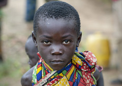 Batwa tribe kid - Cyamudongo Rwanda (Eric Lafforgue) Tags: africa above outdoors kid child serious tribal rwanda afrika tribe enfant commonwealth twa oneperson ethnicity afrique 2105 pygmy tribu eastafrica pygmee batwa serieux ethnologie lookingatcamera centralafrica kinyarwanda ruanda ethnie indigenousculture ethny afriquecentrale   regardcamera   republicofrwanda   ruandesa cyamudongo