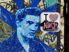 Love me tender. (Roel Wijnants) Tags: streetart man amsterdam graffiti stencil blauw fotografie elvis denhaag stedelijk bekende hoofden lovemetender haags roel1943 roelwijnants straatfotograaf hofstijl roelwijnantsfotografie haagseportretten