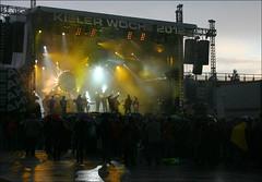 Kieler Woche Wetter (Prinz Wilbert) Tags: germany deutschland concert europa europe fans konzert umbrellas kiel regen openair 2012 schleswigholstein holstein brd schirme leningradcowboys norddeutschland northgermany kielerwoche kielweek hrn frg gablenzbrcke
