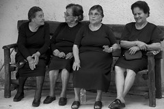 Chatting (RubénRamosBlanco) Tags: humanos humans mujeres women viejas old abuelas grandmothers viudas widows banco bank pueblo village amigas friends charla chat myrtia creta crete grecia greece blancoynegro blackandwhite bw