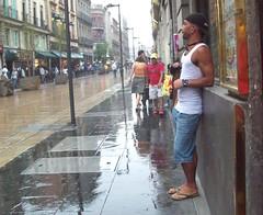 En la lluvia (Ricardo Vicman) Tags: man sandals feets braghettoni