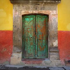 (msdonnalee) Tags: door green puerta doorway porte entry olddoor  photosfromsanmigueldeallende fotosdesanmigueldeallende