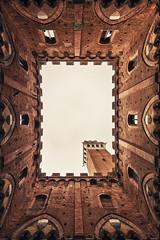 Siena, Palazzo Pubblico (António Alfarroba) Tags: italy vertical court sienna tuscany siena itália toscania pátio