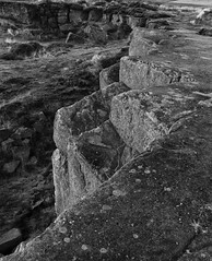 Zigzag (l4ts) Tags: landscape derbyshire peakdistrict darkpeak goldenhour curbaredge heather moorland gritstone gritstoneedge gritstonetors sunset blackwhite zigzag quarrying