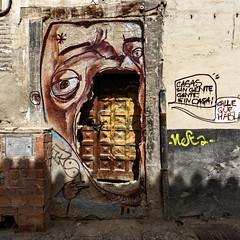 La porte dans la gueule ... (Myad) Tags: graffiti europe tag peinture yeux porte grenade rue espagne ville visage andalousie chaine humoristique flickrunitedaward