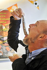 ...-en-dan-zachtjes-laten-zakken (Don Pedro de Carrion de los Condes !) Tags: donpedro food haring hollandsenieuwe zilt maatjes maatjesharing nieuwe dutch haringeten donpedro'sfoodphotography haringmetui happen noordzee foodphotography culinair yummy infopieterpannevisnl rawherring hareng harengs matjes met uitjes haringhollandsenieuwe seizoen haringseizoen vangst proeverij vaatje beeldbank foodbeeldbank