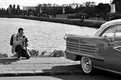 (Steini789) Tags: bw car sunglasses blackwhite pond nikon photographer sidewalk crouching 17jn jht