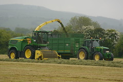 John Deere 8600 SPFH filling a Smyth FieldMaster Trailer drawn by a John Deere 6830 Tractor (Shane Casey CK25) Tags: john deere 8600 spfh filling smyth fieldmaster trailer drawn 6830 tractor jd green field master self propelled forage harvester silage pit clamp mitchelstown silage16 silage2016 grass grass16 grass2016 winter feed fodder county cork ireland irish farm farmer farming agri agriculture contractor ground soil earth cows cattle work working horse power horsepower hp pull pulling cut cutting crop lifting machine machinery nikon d7100 tracteur traktori traktor trekker trator cignik crops collecting collect