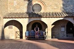 L dentro (Il cantore) Tags: persone beople dietro back backside chiesa church portico arcade finestra window cerchio circle sole sun luce light ombra shadow seduto sitten panca bench mattoni bricks