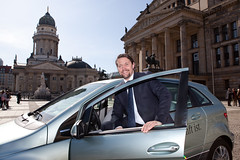 Andreas Scheuer shows F-Cell car in Berlin