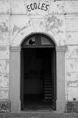 Ecoles (Kalos eidos) Tags: door school puerta corsica porta scuola dwwg wscuela