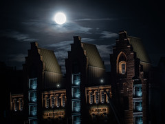Spooky night (uneitzel) Tags: building gebude germany hamburg mzuiko40150mm maritime maritimesmuseum mond moon museum nacht night olympusem5 speicherstadt spooky kaispeicherb warehouse hafencity