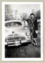 1946 Buick (Raymondx1) Tags: vintage us usa america vintageusa classic black white blackwhite sw photo foto photography automobile car cars motor vehicle antique auto buick 1946buick sedan 1940s forties fashion fur furcoat furtrimmedcoat gloves heels pumps fedora coat trenchcoat suit tie doublebreastedsuit cigarette