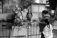 Juntos con Leo (RoryO'Bryen) Tags: leokopp cementeriocentraldebogotá popular leicasummiluxm35mmf14asph 35mmsummiluxmasph roryobryen rangefinder copyrightroryobryen colombia colombie film yesfilm kodaktrix bogotá cemetery cementerio cimetière