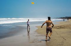 El frisbee (Nebelkuss) Tags: indonesia bali kuta playas beach callejeras street candid frisbee olas waves elzoohumano thehumanzoo momentos moment ladrondemomentos instantes instant instantsthieve fujixe1 fujinonxf1855