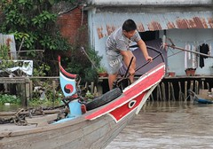 IMG_4434a - Everybody Work on Family Boat in Floating Market in Ci B, Vietnam (Wayne W G) Tags: cib vietnam asia southeastasia caibe avalon people boat boats river rivers mekong