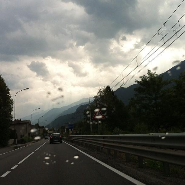 Dall'auto. Vetri, pioggia, cielo.