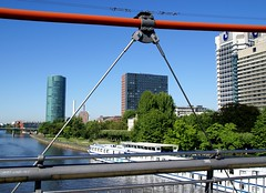 Frankfurt, Westhafenviertel vom Holbeinsteg gesehen (West Harbour Area seen from Holbein Bridge) (HEN-Magonza) Tags: frankfurt main westhafentower hochhaus highrisebuilding holbeinsteg geripptes mainforum holbeinbridge dgbanktower westhafenviertel westhabourarea