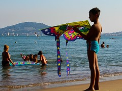 Life was a game we played (Cristina Seguiti) Tags: mare gioco game play giocare bambino boy youth infanzia aquilone sea water beach playing kite kid kids family families pastime passatempo volare volo flying canon