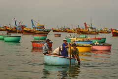 At Mui Ne (_DSC6563) (Tartarin2009 (+2,6 Mio views)) Tags: tartarin2009 muine vietnam nikon d600 travel people fishermen boat boating bamboobasketboat